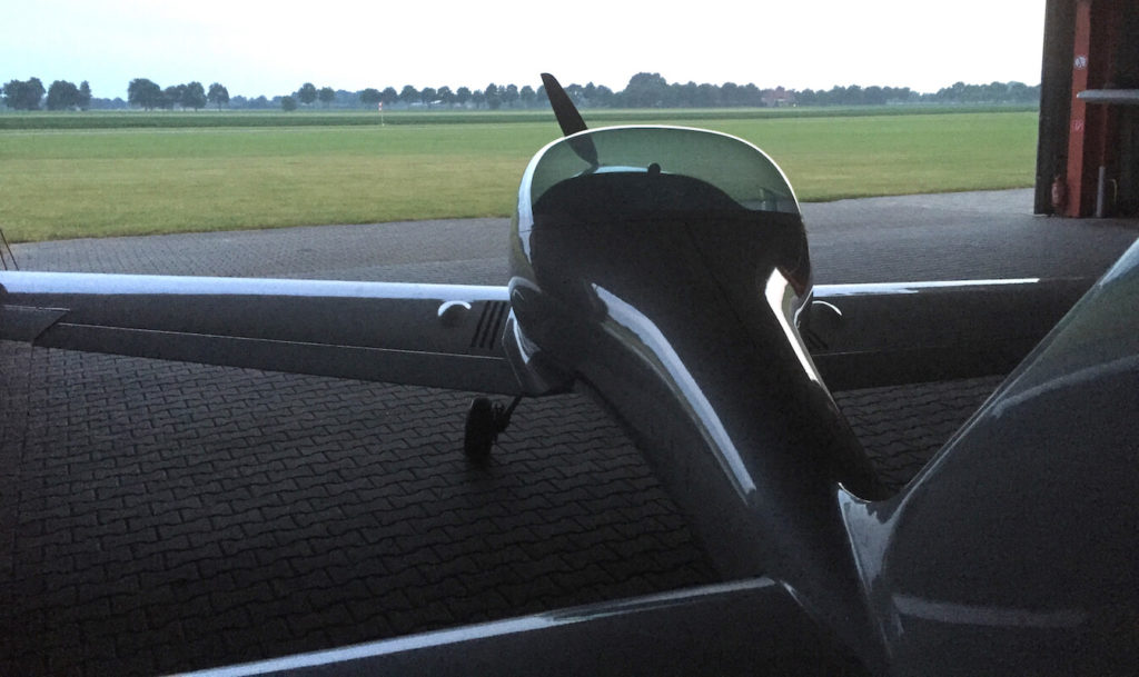 UL-Flugzeug von hinten